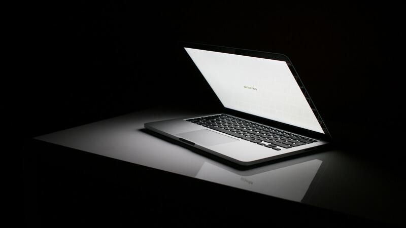 Cómo bajar el brillo de la computadora con el teclado en Windows y Mac
